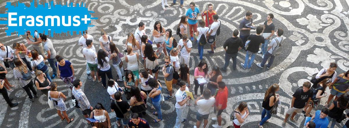 Studenti nel cortile del Palazzo Centrale