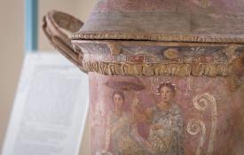 Particolare di un vaso custodito al Museo di Archeologia