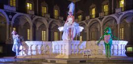 Tre attori recitano intorno alla fontana del Chiostro di ponente (Monastero dei Benedettini)