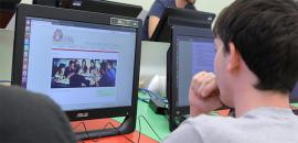 Studente consulta il sito della Scuola