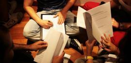 Studenti consultano bandi, regolamenti e application form