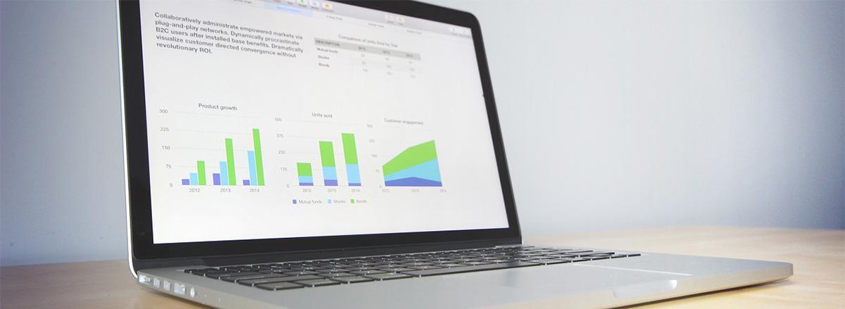 Computer portatile aperto su schermata con grafici