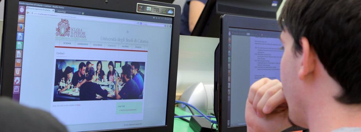 Studente consulta il sito della Scuola Superiore di Catania