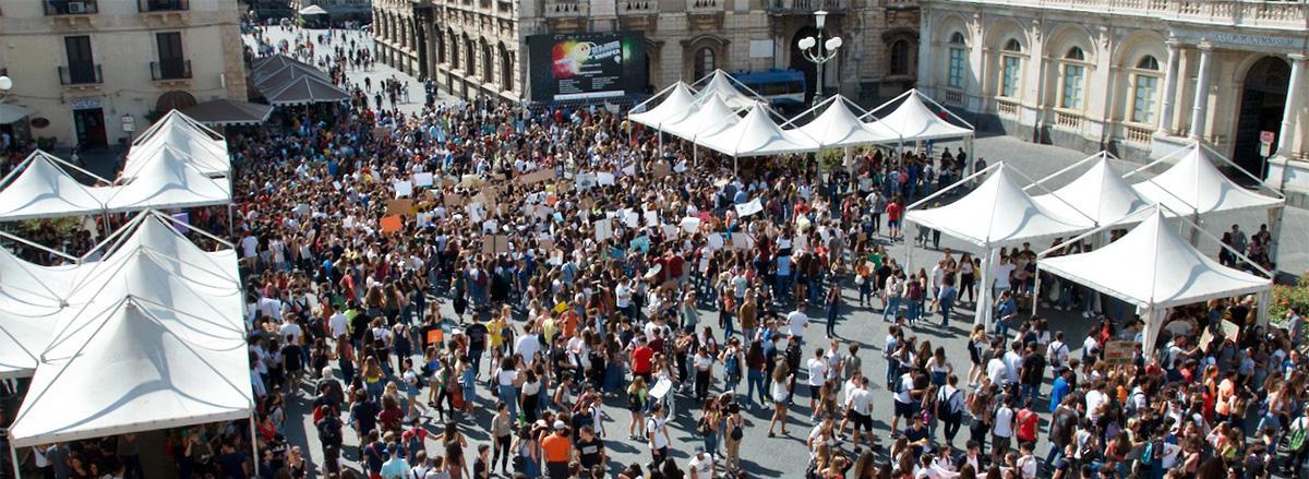studenti in piazza università al terzo global strike