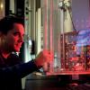 ricercatore che lavora su una macchina per le prove materiali